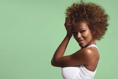 Mujer negra con el pelo afro corto en fondo del vivd Fotografía de archivo