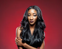 Mujer negra con el pelo brillante lujoso largo imagen de archivo
