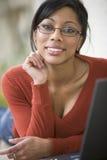 Mujer negra con la computadora portátil Fotos de archivo