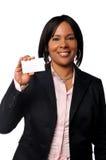 Mujer negra con la tarjeta de visita imágenes de archivo libres de regalías