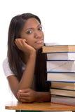 Mujer negra del estudiante universitario por la pila de libros Imagen de archivo