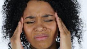 Mujer negra frustrada con dolor de cabeza almacen de video
