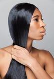 Mujer negra hermosa con el pelo recto largo Imágenes de archivo libres de regalías