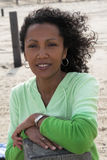 Mujer negra hermosa en la playa Imagen de archivo