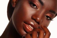 Mujer negra hermosa que presenta en un estudio imagenes de archivo