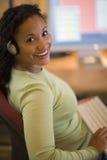 Mujer negra hermosa que trabaja en el escritorio Imagen de archivo libre de regalías