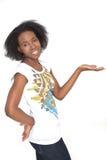 Mujer negra hermosa que visualiza un producto Imagen de archivo libre de regalías