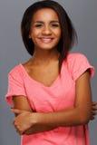 Mujer negra joven alegre Fotos de archivo libres de regalías