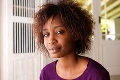 Mujer negra joven atractiva con el pelo afro Fotos de archivo libres de regalías