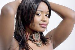 Mujer negra joven atractiva, vistazo lateral Fotografía de archivo