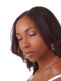 Mujer negra joven con el retrato cerrado de los ojos Fotografía de archivo libre de regalías