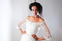 Mujer negra joven con la alineada de boda fotografía de archivo