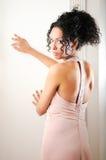 Mujer negra joven con la alineada rosada fotos de archivo libres de regalías