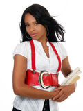 Mujer negra joven con la correa y los libros rojos grandes Imagen de archivo