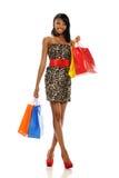 Mujer negra joven con los bolsos de compras imagen de archivo