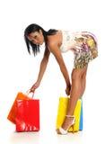Mujer negra joven con los bolsos de compras del colorfull Imagen de archivo libre de regalías