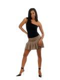 Mujer negra joven en falda y tapa Imagenes de archivo