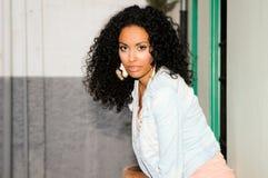 Mujer negra joven en fondo urbano Fotos de archivo