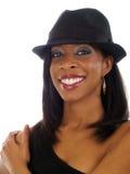 Mujer negra joven en sombrero con sonrisa Imágenes de archivo libres de regalías