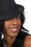 Mujer negra joven en un sombrero Fotografía de archivo