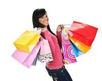 Mujer negra joven feliz con los bolsos de compras Foto de archivo
