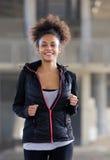 Mujer negra joven feliz que corre al aire libre Imagenes de archivo