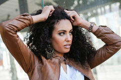 Mujer negra joven, peinado afro, en fondo urbano Fotos de archivo libres de regalías