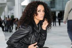 Mujer negra joven, peinado afro, en fondo urbano foto de archivo libre de regalías