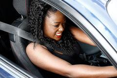 Mujer negra joven que conduce en el cinturón de seguridad de la seguridad Foto de archivo libre de regalías