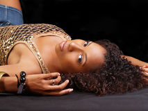 Mujer negra joven que descansa en la mirada posterior Foto de archivo libre de regalías