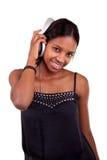 Mujer negra joven que escucha la música Fotografía de archivo