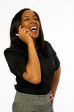 Mujer negra joven que habla en el teléfono. Imagen de archivo libre de regalías