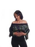 Mujer negra joven que mira abajo en tapa verde Imagen de archivo libre de regalías
