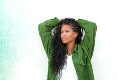 Mujer negra joven que se relaja al aire libre Fotos de archivo