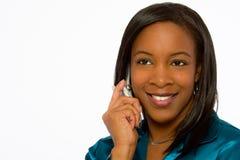 Mujer negra joven sonriente que habla en el teléfono móvil. Foto de archivo libre de regalías