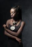 Mujer negra pensativa hermosa con un collar étnico Fotos de archivo libres de regalías