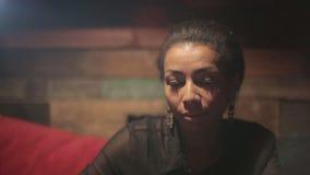 Mujer negra que bebe smartphones calientes del café y del uso almacen de metraje de vídeo