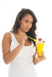 Mujer negra que come el sorbete de la fruta en vidrio Fotos de archivo libres de regalías
