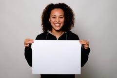 Mujer negra que exhibe la bandera blanca Fotos de archivo