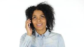 Mujer negra que habla en el teléfono almacen de metraje de vídeo