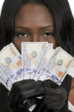 Mujer negra que lleva a cabo 100 billetes de dólar Fotografía de archivo