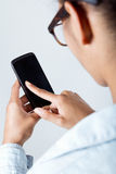 Mujer negra que mira el móvil Imágenes de archivo libres de regalías