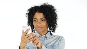 Mujer negra que usa Smartphone almacen de metraje de vídeo
