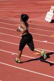 Mujer negra regordeta joven que se ejecuta en pista Fotografía de archivo libre de regalías