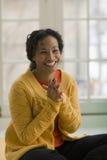 Mujer negra sonriente hermosa Fotos de archivo libres de regalías