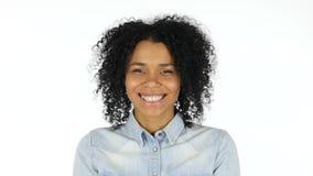 Mujer negra sorprendente en el fondo blanco