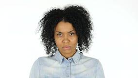 Mujer negra triste en el fondo blanco almacen de video