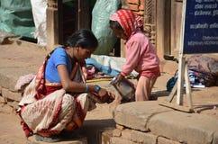 Mujer nepalesa con el niño Imagen de archivo libre de regalías