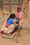 Mujer nepalesa con el niño Fotografía de archivo