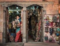 Mujer nepalesa en la tienda de souvenirs en el mercado fotos de archivo
